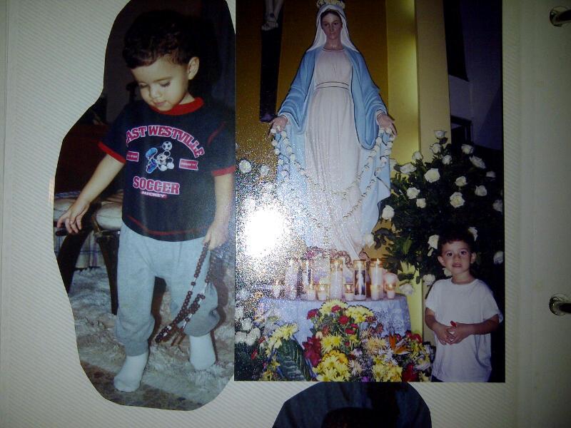 Mi Hijo A La Izq Con Un Rosario En Mano Y A La Derecha Con La Virgen
