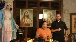 Alicia y El Padre Damian